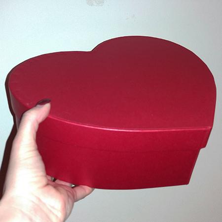Коробка красное сердце с живыми бабочками.
