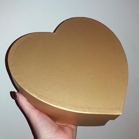 Золотая коробочка сердце с живыми бабочками.