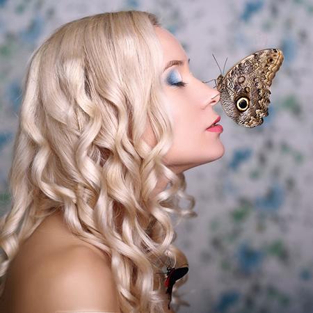 Работа в фотостудии с живыми бабочками и моделью