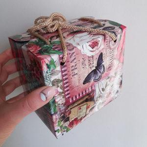 Подарочная коробочка с живой бабочкой.