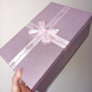 Блестящая розовая коробка с бантом