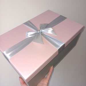 Розовая прямоугольная коробка с бантом